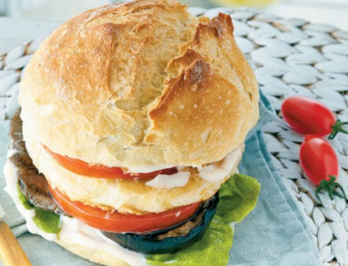 Vegetarian burger με παναρισμένο μανούρι! Για να μη στερείσαι γεύση!