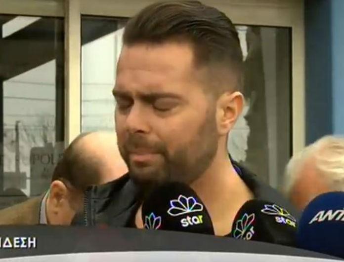 Ξέσπασε σε κλάματα ο Ηλίας Βρεττός έξω από το νοσοκομείο! (Βίντεο)