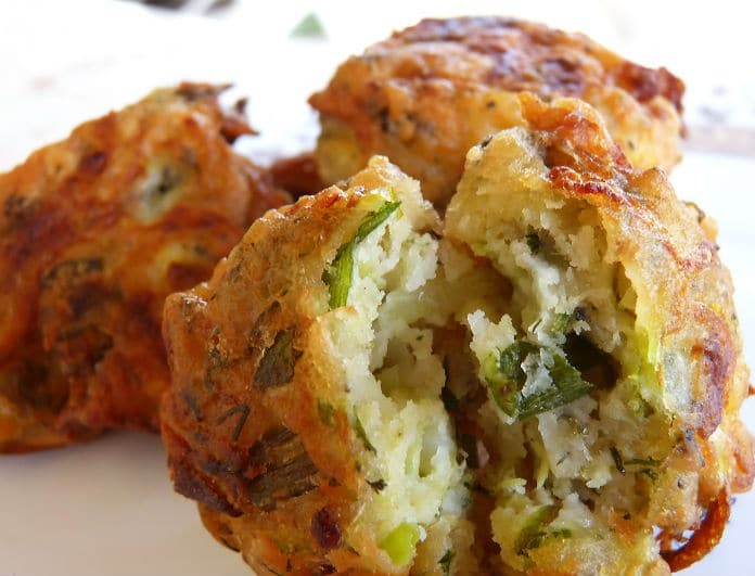 Δείτε πως θα φτιάξετε τους πιο νόστιμους κολοκυθοκεφτέδες με πατάτα στο φούρνο!