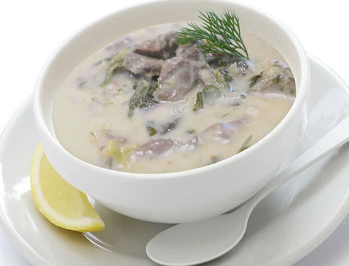 Συνταγή για το πασχαλινό τραπέζι: Φτιάξε τη πιο νόστιμη μαγειρίτσα με αρνάκι και χόρτα!