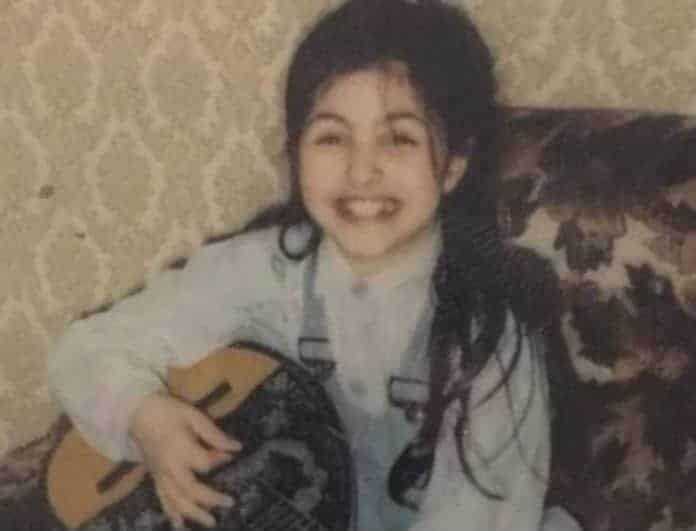 Αναγνωρίζεται το κοριτσάκι της φωτογραφίας; Είναι μια από τις πιο διάσημες Ελληνίδες τραγουδίστριες!