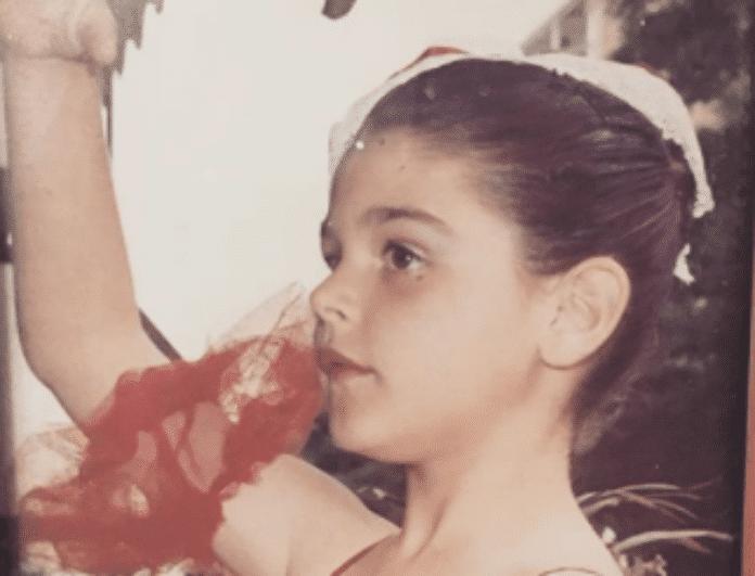 Ποιο είναι αυτό το μικρό κοριτσάκι που ποζάρει με νάζι μπροστά στο φακό; Δεν φαντάζεστε ποια γνωστή ηθοποιός είναι!(ΦΩΤΟ)