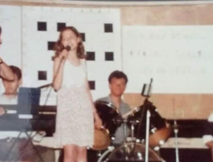 Αναγνωρίζετε το κοριτσάκι της φωτογραφίας; Δεν θα πιστεύετε για ποια γνωστή τραγουδίστρια πρόκειται...